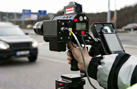 Een politie man het controleren van het verkeer