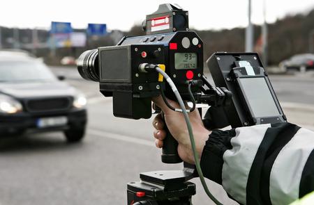 Un uomo di polizia il controllo del traffico Archivio Fotografico
