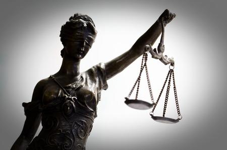 Bronzestatuette der Gerechtigkeit (Fokus auf Gesicht) Standard-Bild - 57419979