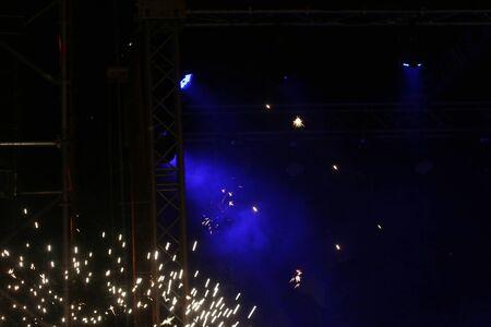 Blauw licht op het podium. Briljante lichten.