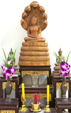 sacrificio: ofrecer sacrificios de flores a la imagen de Buda Foto de archivo