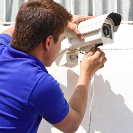 Configuración de la cámara de CCTV en la pared Foto de archivo - 24657162