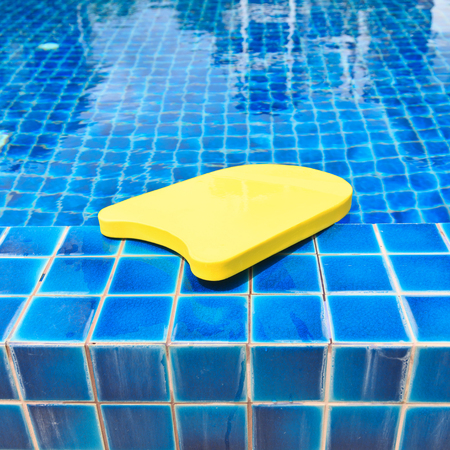 Yellow foam board on modern swimming Banque d'images