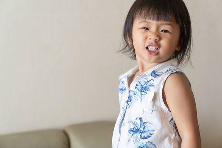Il ritratto della bambina è sorriso. Concetto di bambino asiatico. Archivio Fotografico