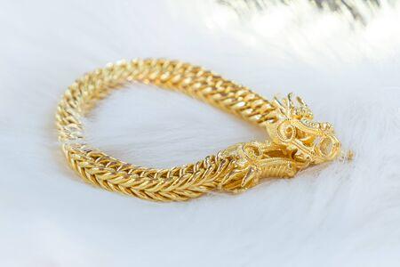 Luxusgoldarmband, Golden Dragon Pixiu oder Pi Yao auf weißem Hintergrund. Traditionell aus China für Reichtum und Glück.