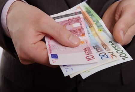 dinero euros: hombre con el dinero