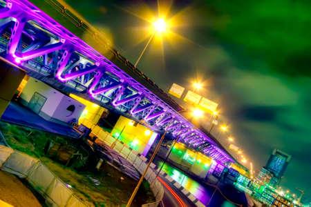 Il ponte attraverso il fiume di notte a Mosca (Russia)