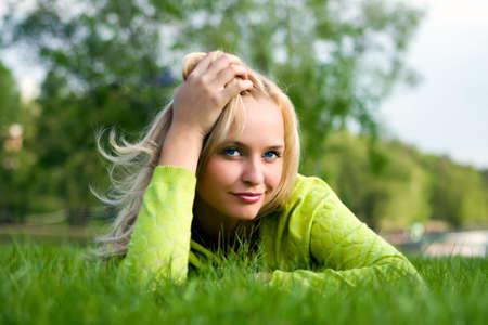 La ragazza fissa su un erba un prato