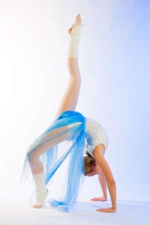 La ballerina di danza svolge pases