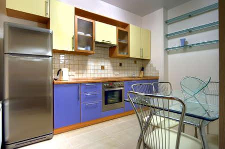 Compatto cucina moderna con la casa costruita nel pertinenze  Archivio Fotografico