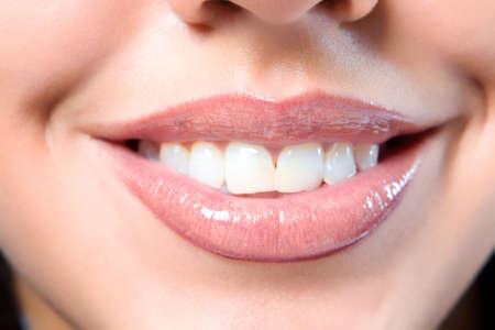 Chiudere una bocca sorridente della ragazza