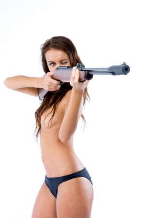 La bella ragazza con un fucile su uno sfondo bianco Archivio Fotografico