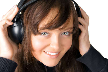La ragazza piacevole l'ascolto della musica attraverso i telefoni orecchio -