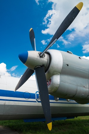 planos electricos: Old vintage jet engine on a background of blue sky