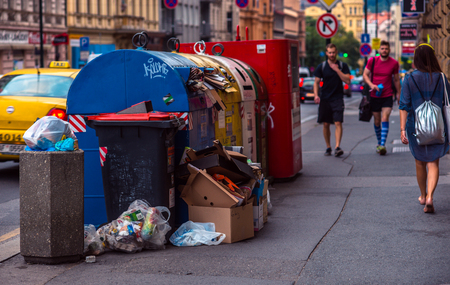 household waste: Overflowing garbage bins with household waste in the city