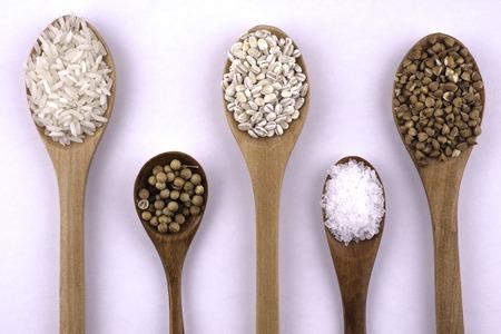 sorgo: teaspoon salt, cumin, rice, pearl-barley, buckwheat, coriander. Foto de archivo