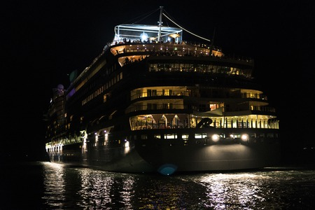 Rear view at night on a giant cruise ship. Standard-Bild - 112730927