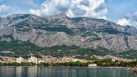 Hermosa vista de la playa y las montañas de Makarska. Dalmacia, Croacia.