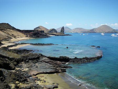 sumergido: Cr�ter volc�nico sumergido con Pinnacle Rock en segundo plano. Isla Bartolom�, Islas Gal�pagos, Ecuador. Foto de archivo