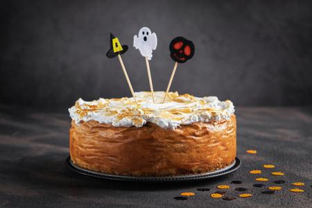 Cheesecake alla zucca di Halloween con topping di meringa Marshmallow decorato con toppers di Halloween. Dessert per Halloween e il Ringraziamento. Spazio per il testo. Orizzontale. Messa a fuoco selettiva.