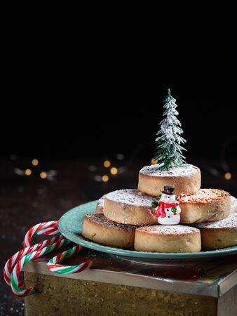Typische spanische Weihnachtsplätzchen Polvorones, Mantecados, mit Mandeln auf dunklem Holzhintergrund mit Platz für Text. Weihnachts- und Neujahrsfeierkonzept. Feiertagsdekoration.