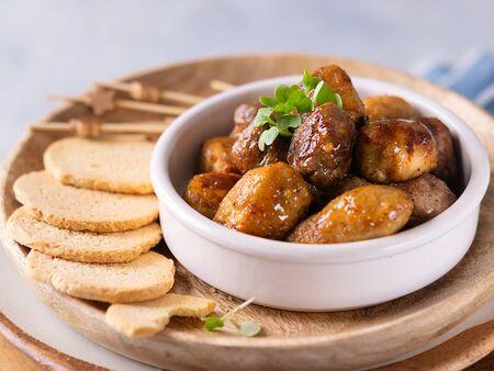 Mini-Hühnchen- und Kalbskebab-Vorspeisen-Snacks, Spieße auf hellem Hintergrund mit Platz für Text. Party-Fingerfood-Konzept.