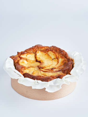 Baked mini apple cake on recycle Mini Wooden Baking Mold, white background, space for text, selective focus. Foto de archivo