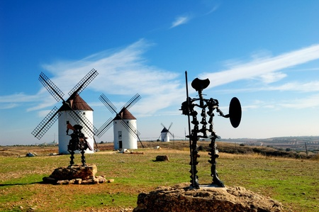 Spain, windmills and Don Quixote statue in Mota del Cuervo Archivio Fotografico