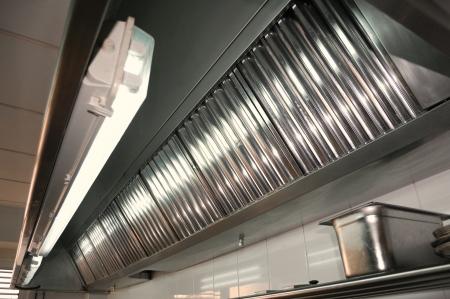 cocinas industriales: Los sistemas de escape, detalles campana de filtros en una cocina profesional Foto de archivo