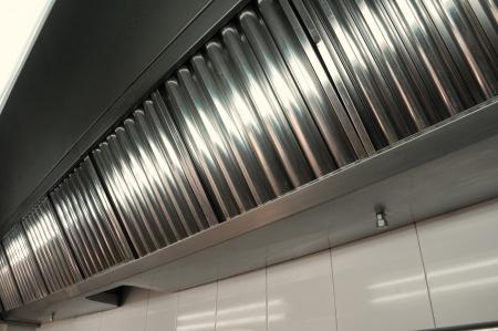 Auspuffanlagen, Dunstabzugshaube Filter Detail in einer professionellen Küche Standard-Bild - 13632918
