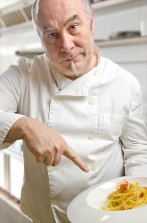 chef italiano: Chef presentación de un plato de pasta