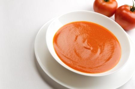 Sopa de tomate en un plato blanco Foto de archivo - 17031956