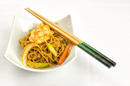 takeaway: Chinese noodles with prawn, traditional chinese plate Stock Photo
