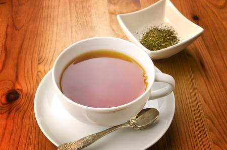 herbolaria: Taza de té en el fondo de madera