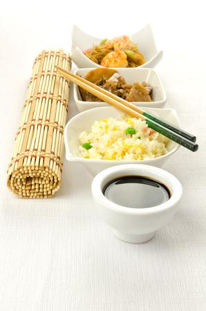 chinesisch essen: Chinesisches Essen dishesm cantonese Reis, Nudeln, Rindfleisch mit Bambus