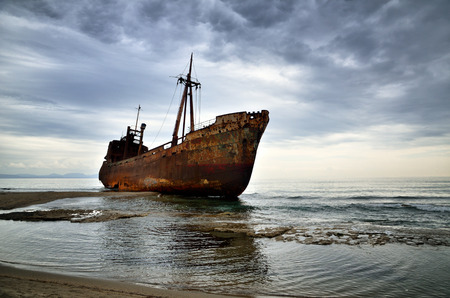 Verlaten schip op het strand, faillissement concept