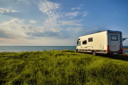 Freizeit-Fahrzeug mit Meerblick, Freiheit Konzept Standard-Bild - 51355088