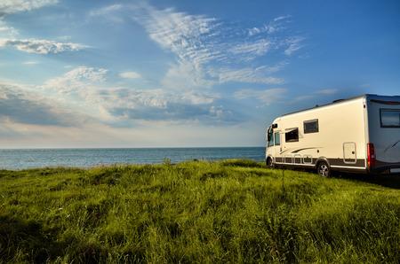 campamento: vehículo de recreo con vistas al mar, el concepto de la libertad Foto de archivo