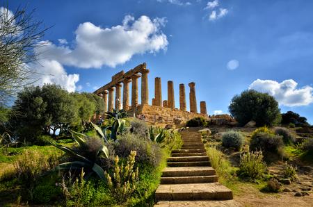 Das Tal der Tempel ist eine archäologische Stätte in Agrigento, Sizilien, Italien. Es ist eines der herausragendsten Beispiele für Kunst und Architektur im Großraum Griechenland.