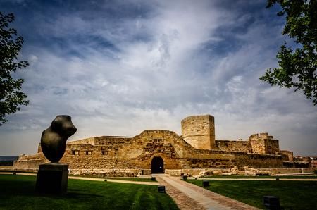 Zamora zachowuje na swoim starym mieście ważną spuściznę sztuki romańskiej, położoną nad brzegiem rzeki Duero, jej średniowieczne znaczenie pozostawiło ślad w postaci murów, pałaców i kościołów Zdjęcie Seryjne