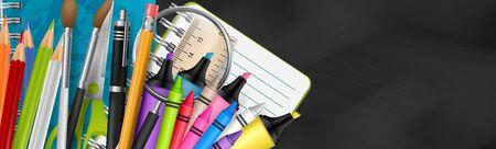 Bannière d'école avec un fond de tableau noir texturé. En-tête avec fournitures pour l'éducation - cahier, marqueur, stylo, crayon, crayon, règle, loupe. Illustration vectorielle réaliste.