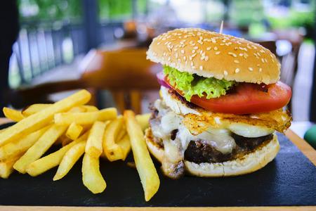 alimentos y bebidas: Hamburguesa y papas fritas franc�s Foto de archivo