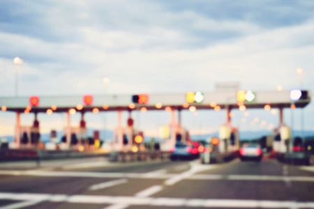 schlagbaum: zahlen für die Nutzung der Autobahn und Autobahn, abstrakte Bokeh des Lichts