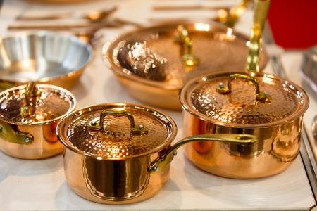 銅の調理器具、鍋やフライパンは、店内カウンターの上が。非常に美しい光沢のある調理器具は、すべてのシェフの夢です。