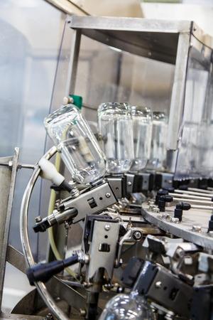 bebidas alcohÓlicas: Las botellas en la cinta transportadora en la planta de embotellado de bebidas alcohólicas, vodka ruso.