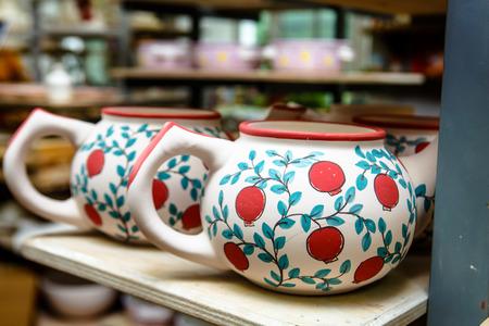 Een aardewerk. Theepotten voor thee met foto's van bloemen. Stockfoto