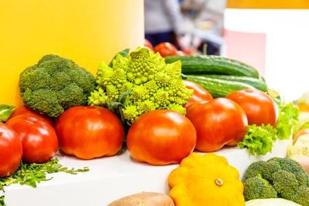 Différents légumes, chou, pomme de terre, oignon allongé sur le comptoir du magasin. Banque d'images