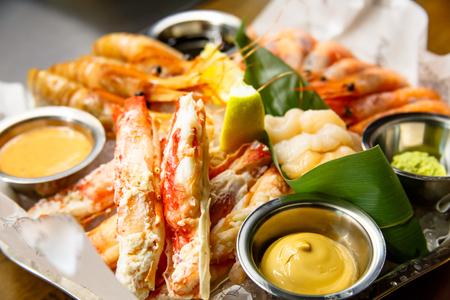 Crabes, crevettes, langoustines, pétoncles reposaient sur un grand plateau.