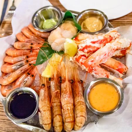 Crabes, crevettes, langoustines, pétoncles reposaient sur un grand plateau. Banque d'images
