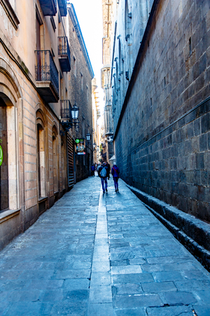 A narrow street of a medieval city. Barcelona Redactioneel